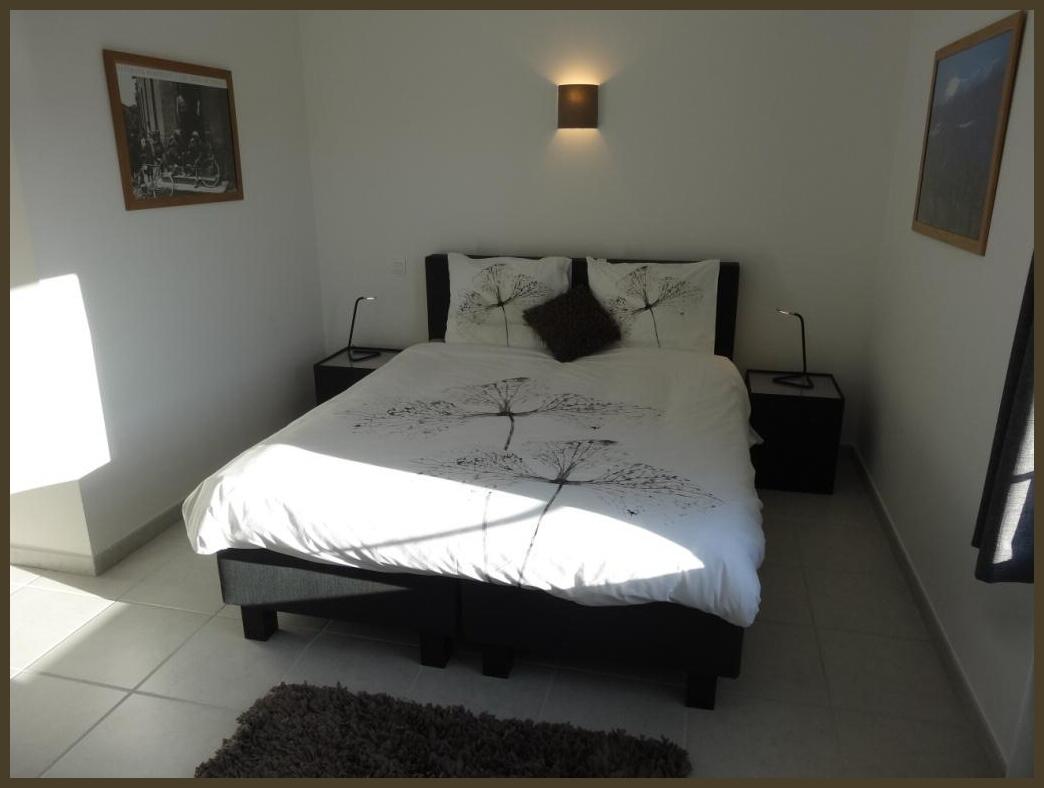 Ruime slaapkamer met zicht op Rasteau