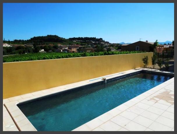 Het gemeenschappelijk zwembad van Les Comtadines