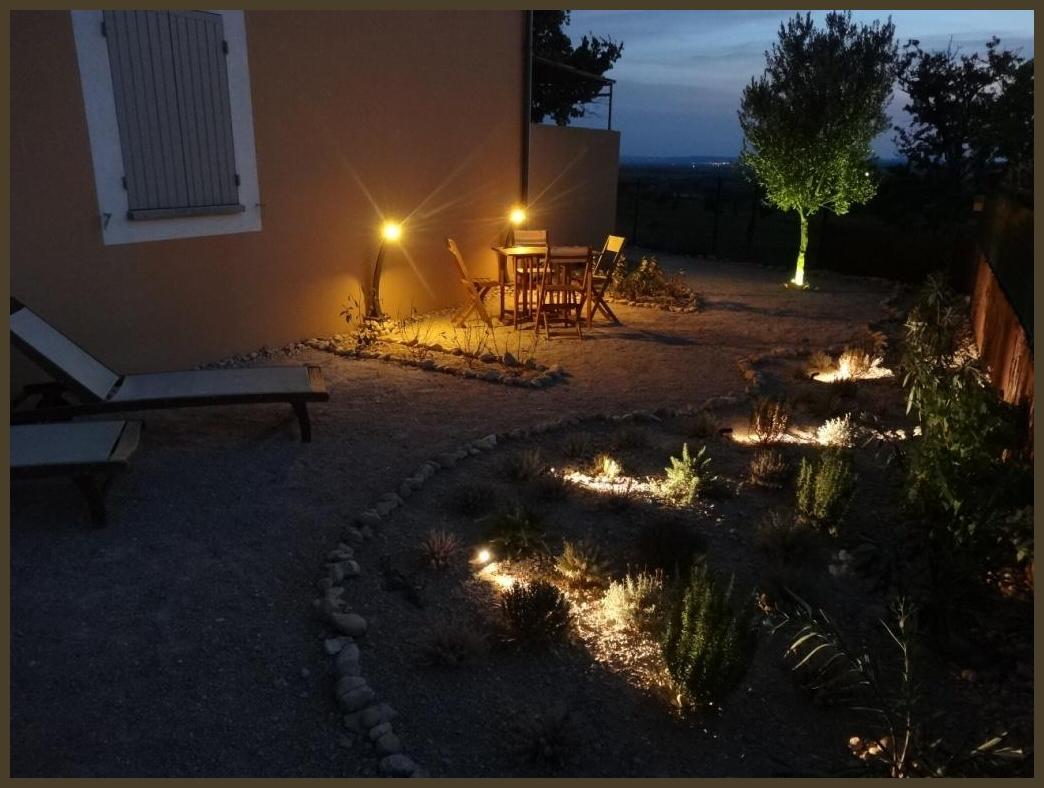 De sfeervol verlichte tuin